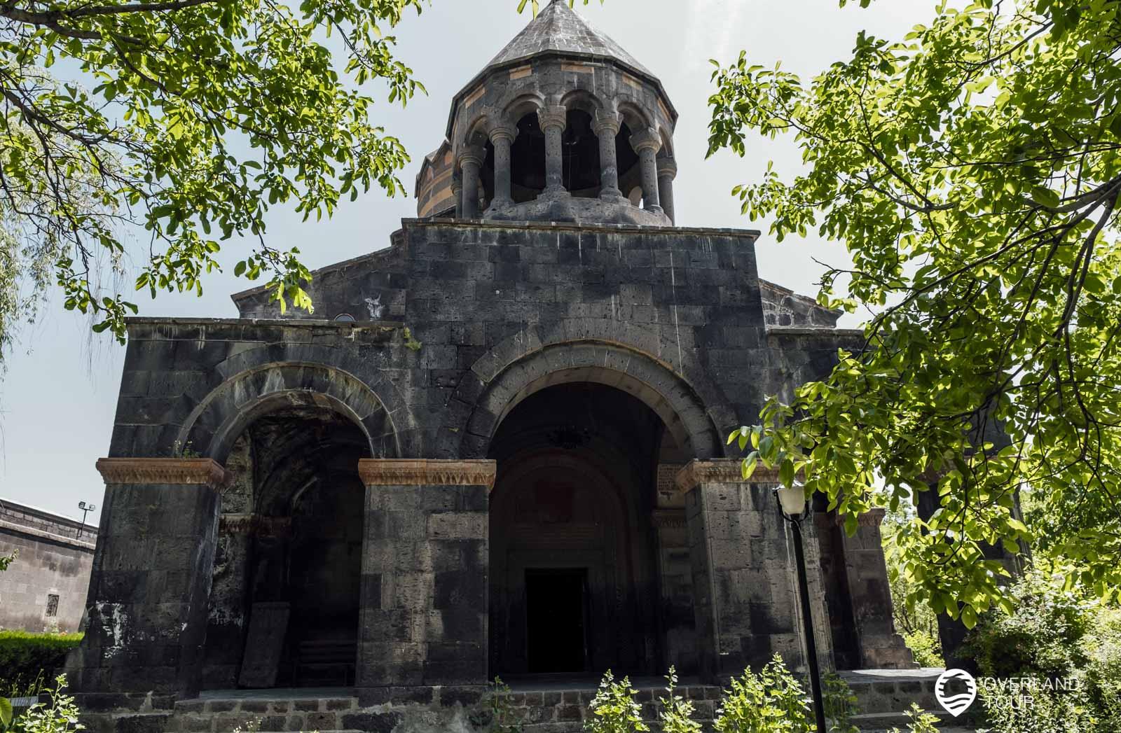 Mitte des 17. Jahrhunderts wurde die Kirche als eine dreischiffigen Kuppelbasilika erbaut und liegt in der Mitte des Dorfes Mughni