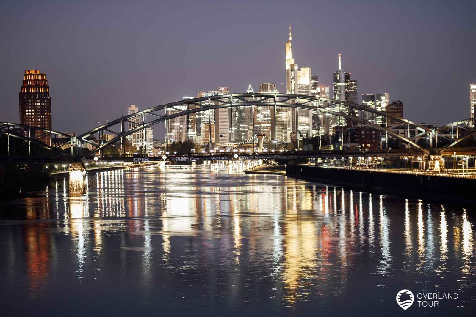 Kurz vor dem Sonnenaufgang die Skline Frankfurts von der Osthafenbrücke aus gesehen