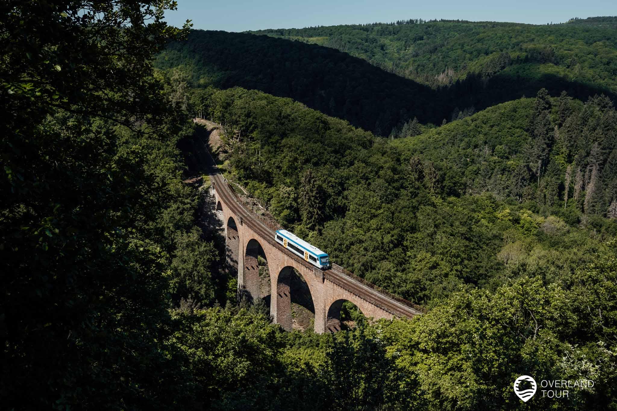 Traumschleife Elfenlay Wanderung: Der Ausblick an der Liesenfeld Hütte auf das Viaduk der Hunsrückbahn